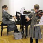 Pieni viulisti Helmi esiintyi pianisti Iinan säestyksellä yhdistyksen 20-vuotisjuhalssa 9.2.2014.