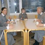 Juhlan päätteeksi kahvitarjoilusta nauttivat Raili, Iina, Helmi, Maire ja Anja.